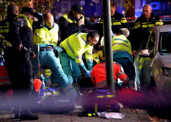 Ambulancemedewerkers proberen Ahmad Mola Nissi te reanimeren.