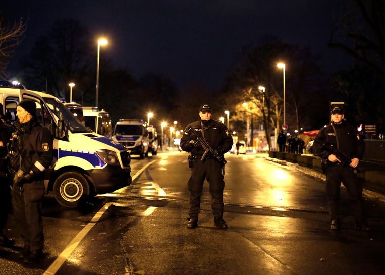 Duitse politie voor het stadion in Hannover vorige week. Beeld ap