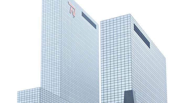 Het logo aan de voorzijde van het NN-gebouw wordt vervangen door een logo van de 'Delftse Poort'. Aan de achterzijde van het gebouw komt het nieuwe logo van de Delftse Poort.