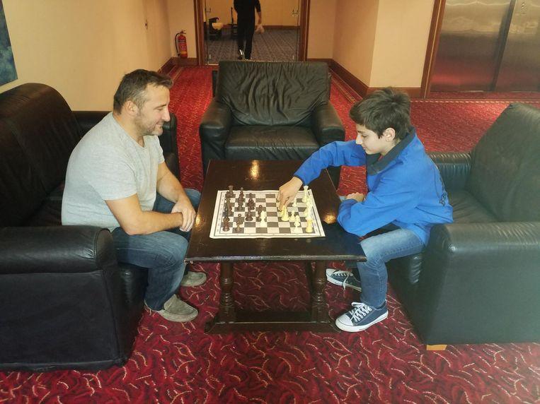 Vader Ben en zoon Dardha bezig aan een wedstrijdje schaak.