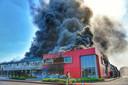 Het laatste deel van het bedrijfpand valt ten prooi aan de vlammen.