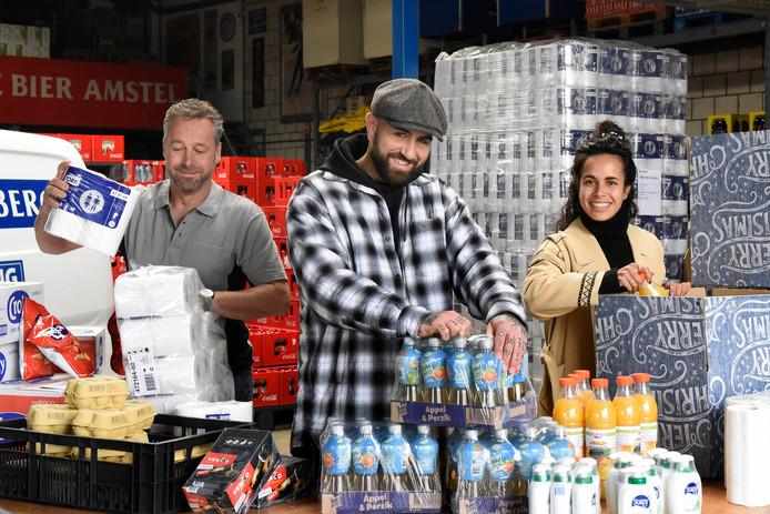 Van links naar rechts: Ivar van den Berg, Rody Versluis en Sophie Papilaja. De Woerdense ondernemers slaan de handen ineen en lanceren de Woerdense OndersteuningsBox. Met de met etenswaren gevulde box kunnen ouderen de coronacrisis doorstaan.