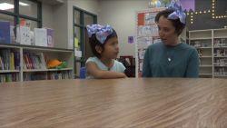 Lerares knipt haar af om gepeste leerling te steunen