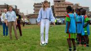 Koningin Mathilde en prinses Elisabeth voetballen in Kenia