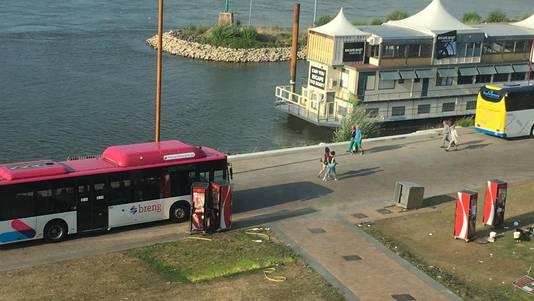 Bussen en flanerende wandelaars op de Waalkade. Geen gelukkige combinatie, vinden bewoners.