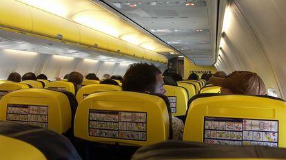 De nieuwe melkkoe van vliegmaatschappijen: je laten betalen om naast elkaar te zitten