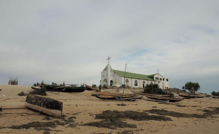 Een kerk aan het strand waar de vissersboten liggen te drogen in Belo-sur-mer. Beeld Niels Posthumus