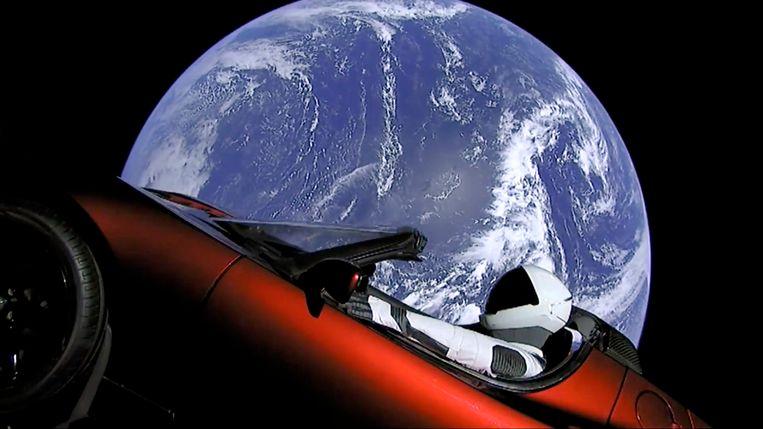 'Starman' aan boord van een rode Tesla Roadster, op weg richting Mars. Beeld AP
