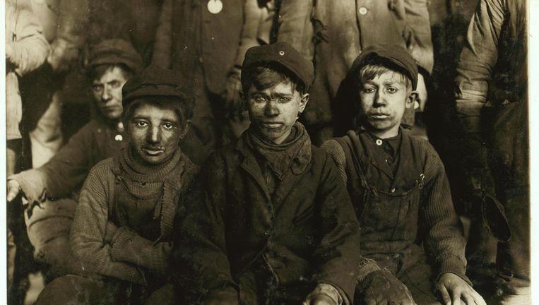 Groepje breaker boys uit de mijnen van Pennsylvania, een helse machinerie van kinderarbeid. Beeld Library of Congress