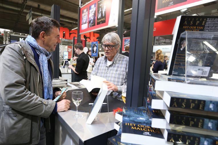 Rudi Vranckx (L) tijdens de 'Boekenbeurs 2015' in Antwerpen Beeld belga