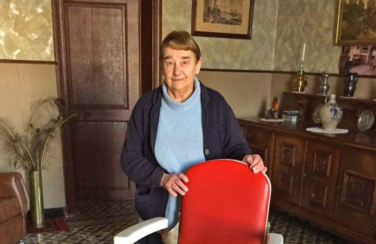 Elza Boulpaep van café Sedan bij de kapperstoel van haar man Marcel.