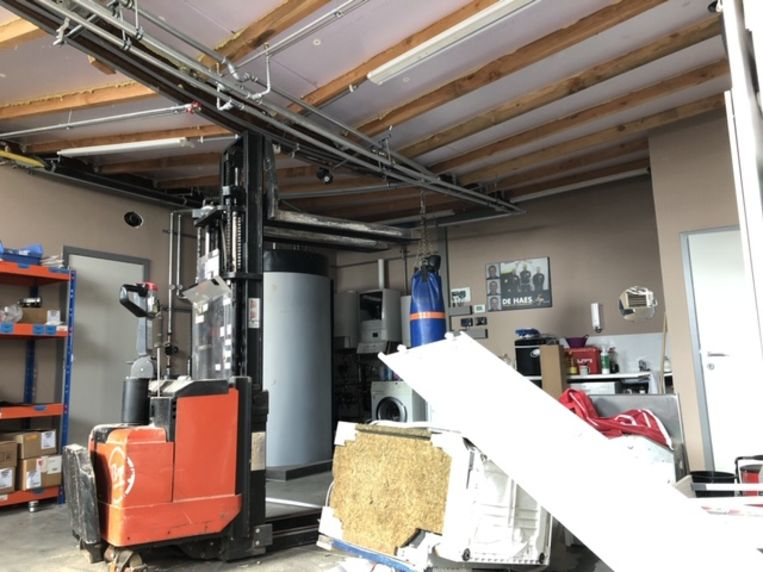 De schade binnenin het magazijn van bvba De Haes Sanitair en CV-installaties groot.