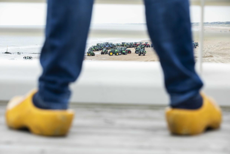 Boeren op het strand van Scheveningen in oktober, op weg naar een demonstratie in Den Haag.