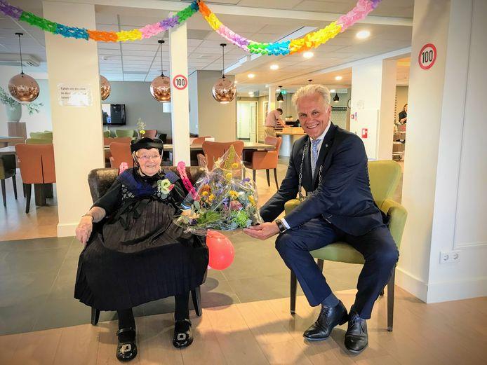 Beertje Vos-Nijboer zat er zaterdagmorgen feestelijk bij in de streekeigen klederdracht van Staphorst/Rouveen toen locoburgemeester Lucas Mulder haar kwam feliciteren met haar honderdste verjaardag.