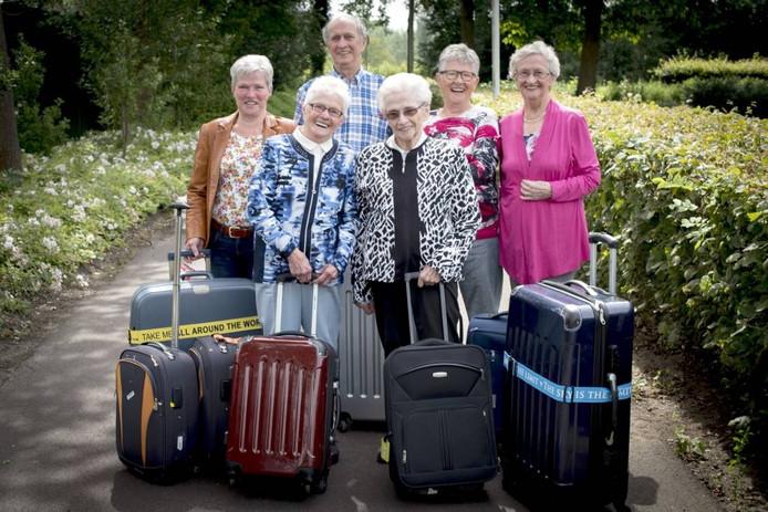 De familie De Leeuw, klaar om naar Australië te gaan. Van links naar rechts: Romy (70), Harry (83), Tonny (86), Tineke (68), Corry (87) en Ria (80). Foto Carl Mureau