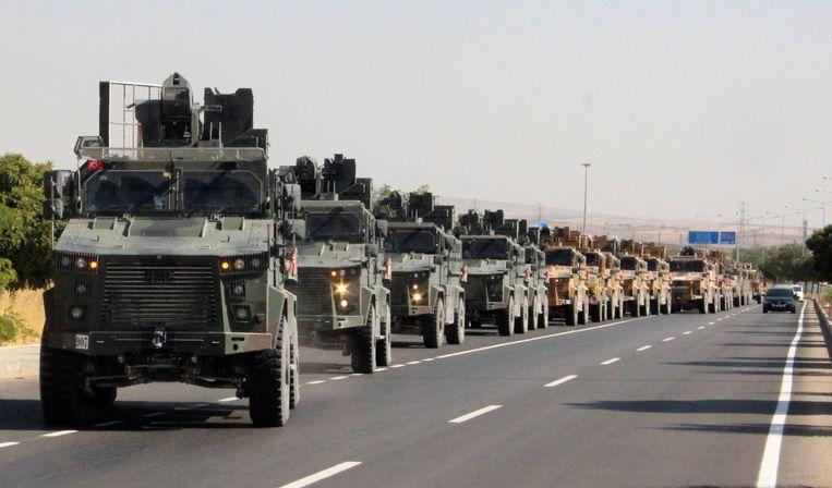 Het Turkse legerkonvooi nabij de grens van Turkije met Syrië. Beeld REUTERS
