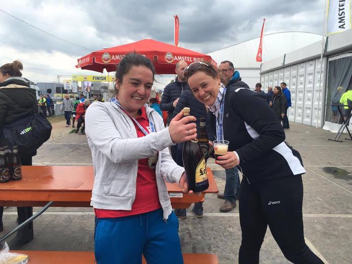 Pricilla en Carola ontkurken het eerste biertje na zes weken vasten én het behalen van de Amstel Gold Race.