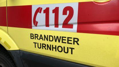 Auto knalt op middenberm: bestuurder gewond