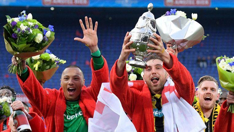 Keeper Eloy Room en aanvoerder Guram Kashia vieren de winst van de KNVB-beker. Beeld anp