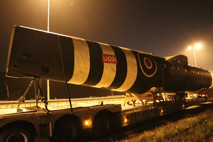 Vrachtwagen van Defensie strand met uniek vliegtuig op A28 bij Utrecht.