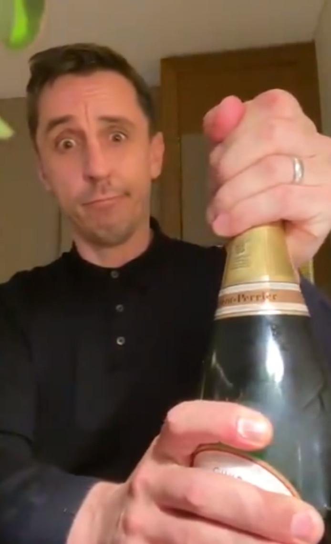 Gary Neville sort le champagne pour fêter la défaite de Liverpool.