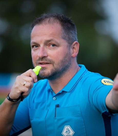 Scheidsrechter Henri Wolf uit Kampen geniet van het spel van de jeugd