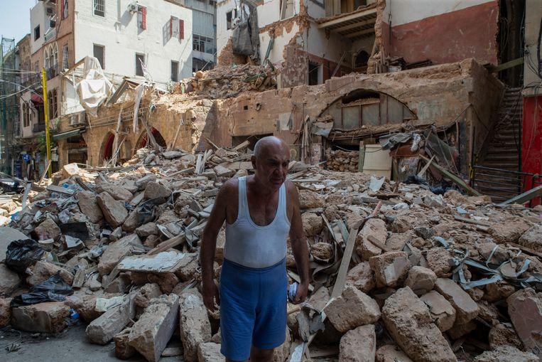 'Beiroet werd vroeger het Parijs van het Oosten genoemd; dat is een belachelijk cliché. Maar je kon de stad wel vergelijken met bijvoorbeeld Napels: er waren prachtige gebouwen. Nu is het in grote delen van de stad een onverlichte puinzooi.'  Beeld EPA