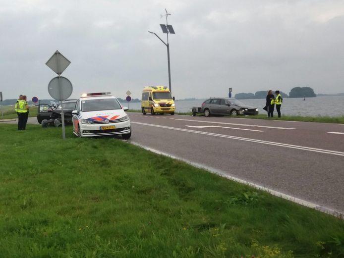 Op de Harderdijk met de Strandgaperweg in Biddinghuizen heeft donderdagavond een ongeval plaats gevonden tussen twee voertuigen.