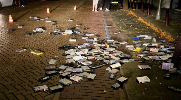 Man gooit honderden videobanden en computer op straat in Vlijmen.
