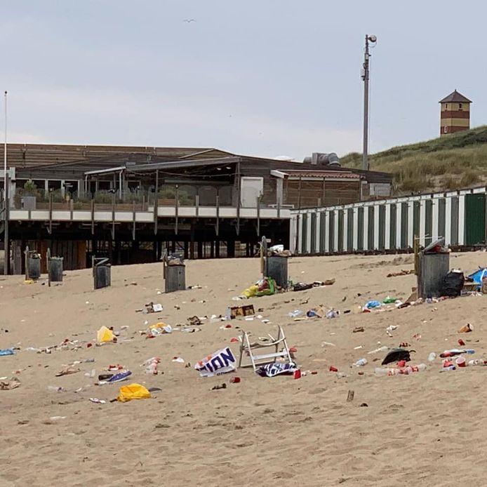 Een enorme troep op het strand bij Dishoek.