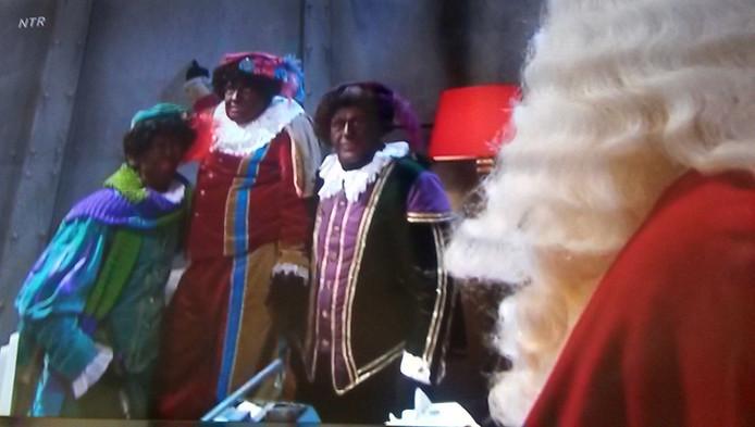 De Pieten verhullen voor Sinterklaas dat de pakjesboot lek is.