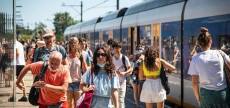 Zwetende treinpassagiers door ProRail geëvacueerd na vijf kwartier zonder airco stilstaan bij Den Dolder