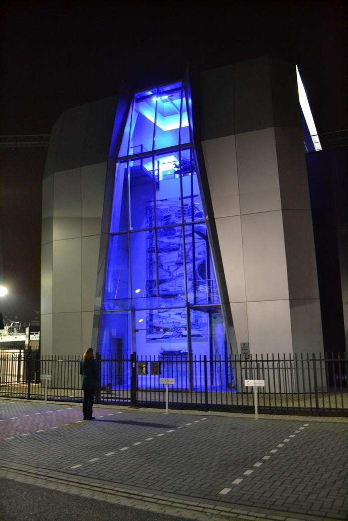 Het kunstwerk 'by night', als het blauw oplicht in de bedrijfshal van de Concordia Group.