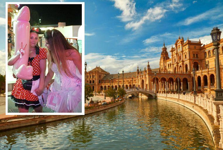 De Plaza de España, een van de grootste pleinen in Sevilla.  Inzet: Twee deelneemsters aan een vrijgezellenfeest vermaken zich op straat met een opblaaspiemel.