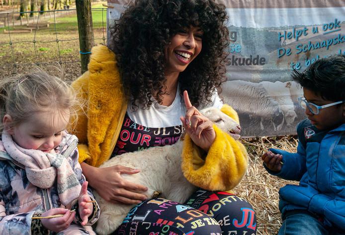 Fenna Ramos met haar lammetje Fenna en enkele kinderen.