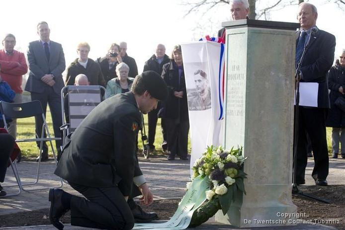 Koen Brinkgreve (foto) legde na de onthulling een bloemenkrans. Raadsnestor Harry Booijink legde een bloemstuk en er waren bloemen namens de Historische Kring Losser. foto Frans Nikkels