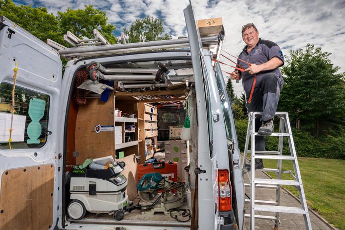 Klusser John Teurlings is bezig met een huis in de Serliostraat.