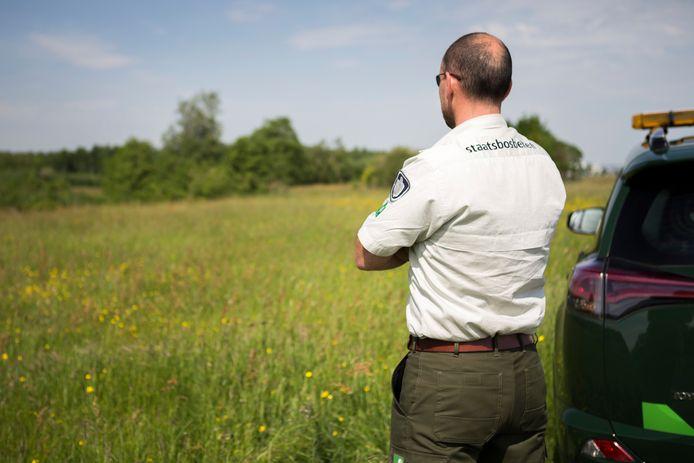 Een boswachter van Staatsbosbeheer met boa-bevoegdheid.