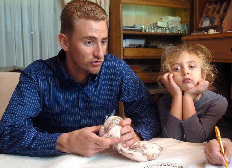 Cameron Vandenbroucke aan de zijde van papa, lichtjes verveeld tijdens het zoveelste interview.