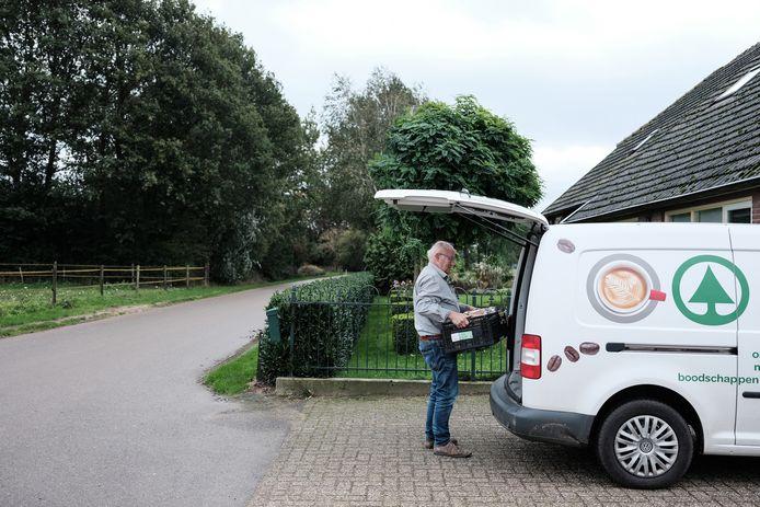 Frans Janssen laadt zijn boodschappenbus in.