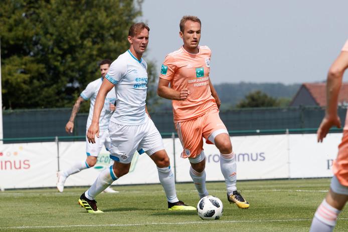 De Jong (links) in duel met Yevhenii Makarenko van Anderlecht tijdens het oefenduel vanmiddag.