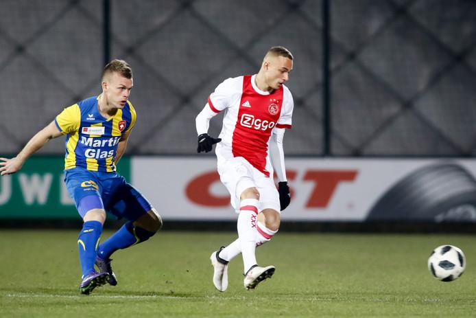 FC Oss-speler Lion Kaak in duel met Jong Ajax-speler Noa Lang.