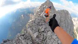 Bergbeklimmer maakt uitdagende tocht en dat zorgt voor deze idyllische beelden