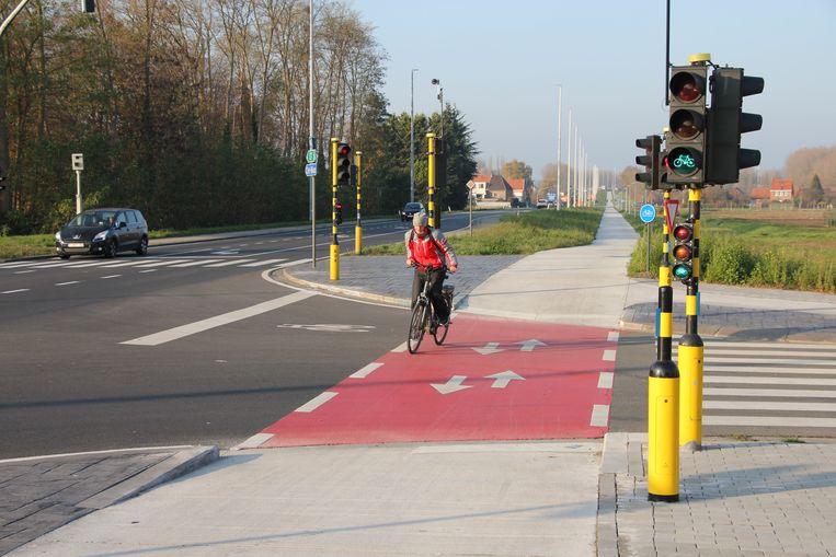 """De werken aan de Vlassenbroekbrug en Durmebrug op de N41 tussen Temse en Hamme zijn achter de rug. """"Tussen Sint-Niklaas en Dendermonde ligt er nu een comfortabele fietssnelweg van liefst 11 kilometer lang"""", aldus het Agentschap Wegen en Verkeer."""