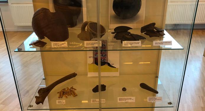 De archeologische vondsten zijn uitgestald in het gemeentehuis te Borculo.