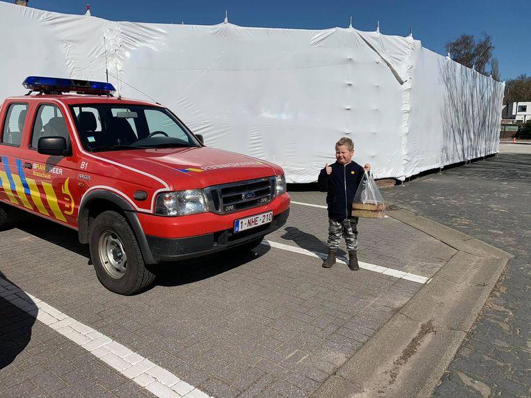 Lukas bij de brandweer.