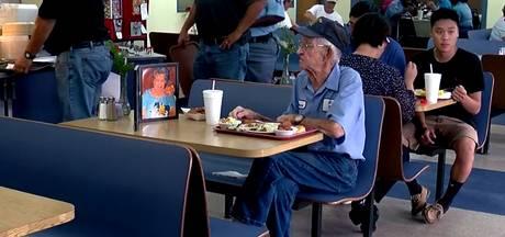 Weduwnaar (93) dineert dagelijks in restaurant met portret dode vrouw