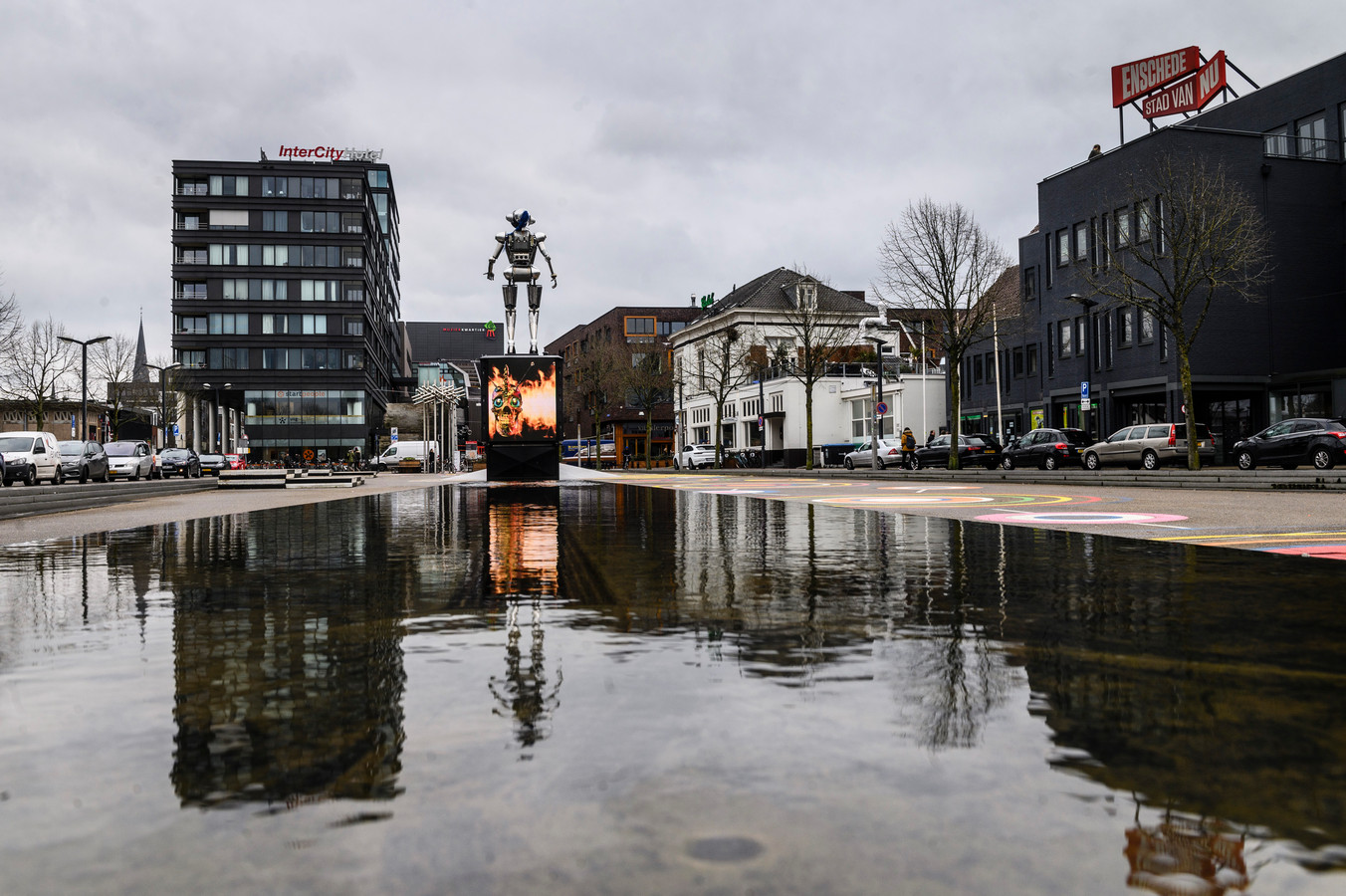 Het Stationsplein in Enschede, rechtsboven is op het dak de huidige cityslogan te zien: Enschede Stad van Nu.