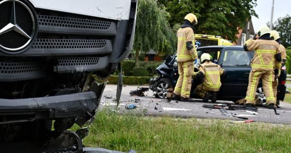 Meerdere gewonden en flinke ravage bij frontale botsing op kruising Rondweg Emmen: weg deels afgesloten.
