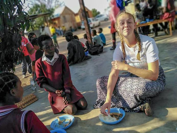 Fleur Hasebos tussen de lokale bevolking in Witrivier. Haar oom zamelde geld in voor de inwoners.
